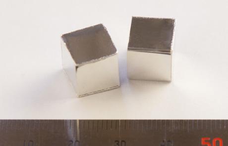 0.1mmのアルミ板を気密溶接した直方体。